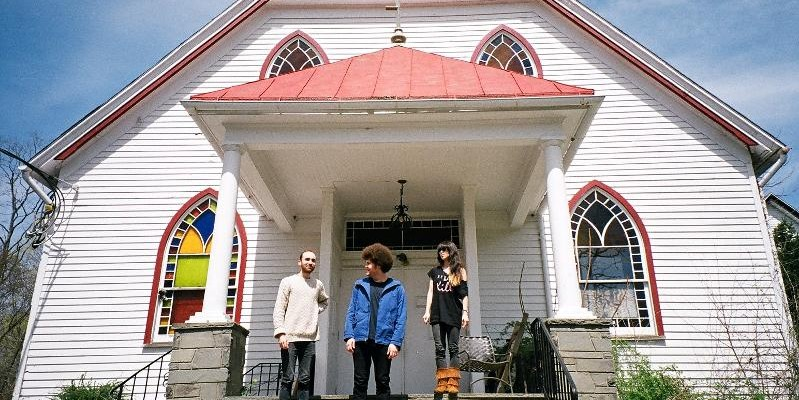 """Watch Yuck cover New Order's """"Age of Consent"""" live at RAK Studios"""